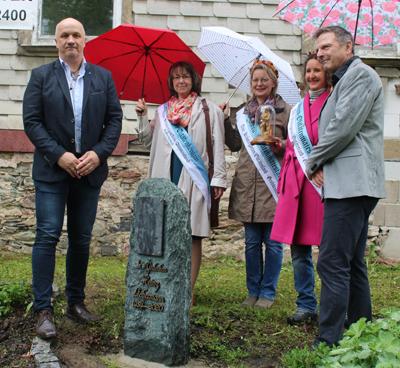 5 Personen vor der Stele für Heint Liebermann