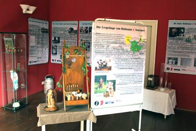 Blick in eine Ausstellung mit Schautafeln